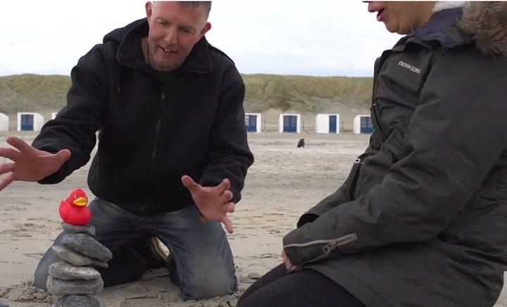 Bram doet op Texel aan open water zwemmen. Door koudwater zwemmen in natuurwater voelt hij zich energieker en beter.